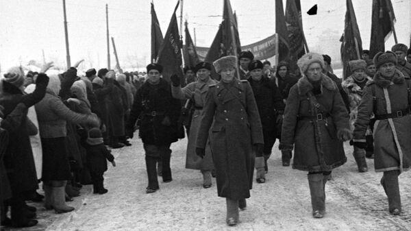 Стратегическая наступательная операция по прорыву блокады Ленинграда. Январь 1943 года. Ленинградцы встречают партизанские отряды, участвующие в боях за город.