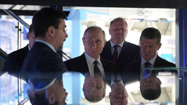 Президент РФ Владимир Путин во время осмотра стендов на X международной промышленной выставке Иннопром - 2019