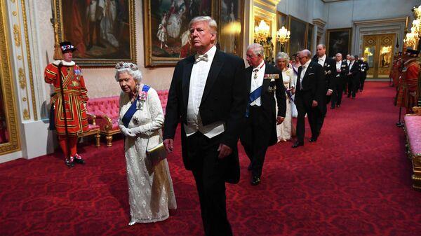 Королева Великобритании Елизавета II и президент США Дональд Трамп на торжественном приеме в Букингемском дворце в Лондоне. 3 июня 2019 года