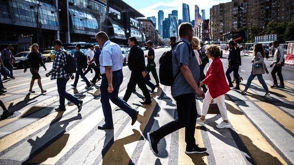 Люди переходят дорогу в районе Киевского вокзала в Москве