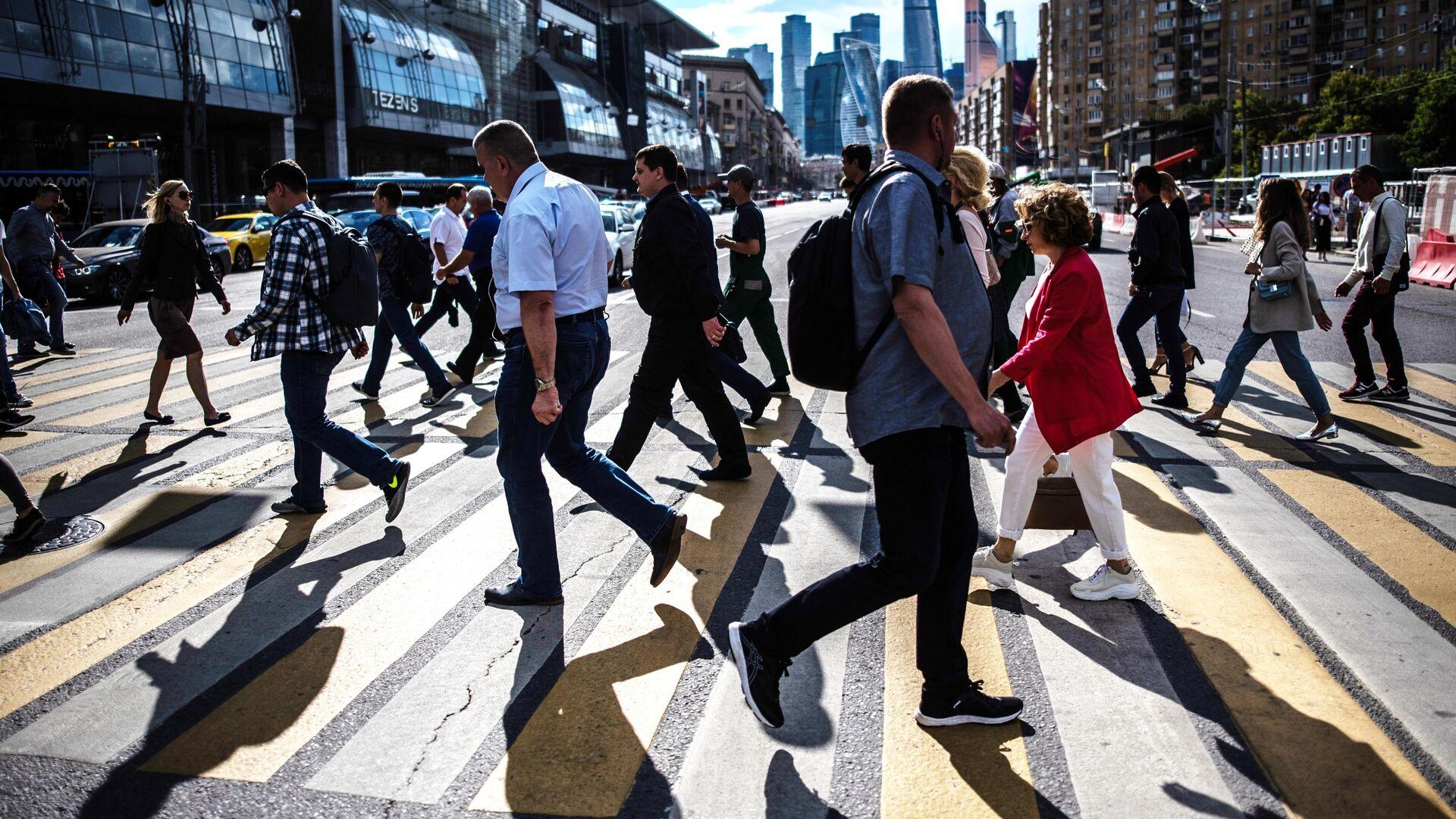 Люди переходят дорогу в районе Киевского вокзала в Москве - РИА Новости, 1920, 04.09.2020