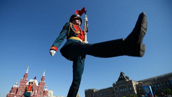Военнослужащий парадного расчета перед началом военного парада на Красной площади