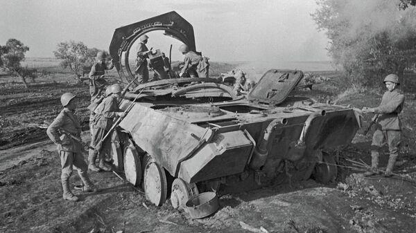 Советские воины стоят рядом с немецкой самоходной пушкой Пантера, уничтоженной советской артиллерией под Прохоровкой