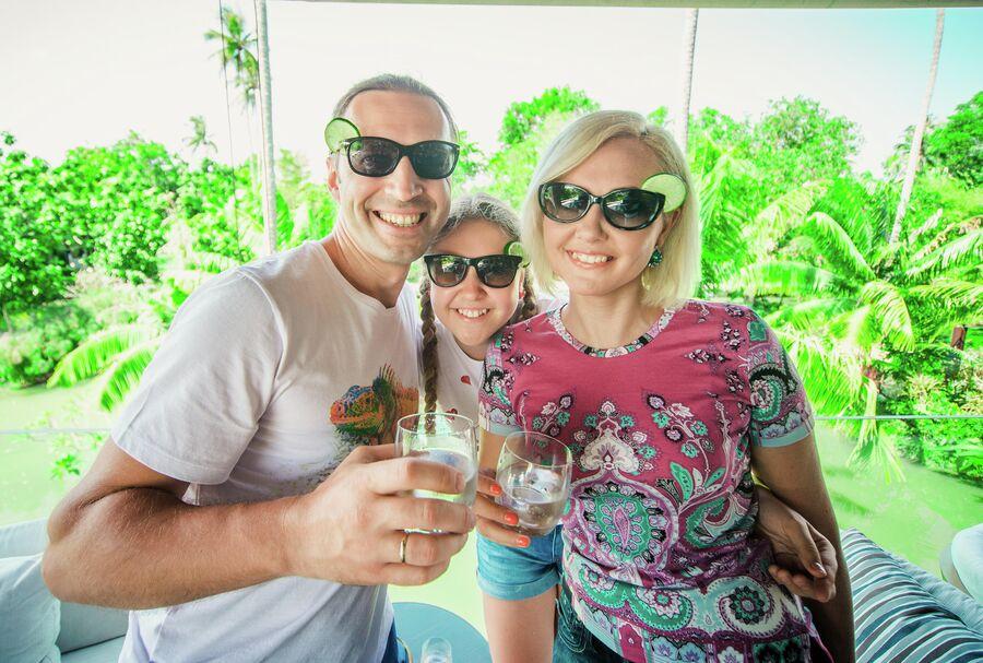 Василиса с мужем Сергеем и дочерью Викторией в Таиланде