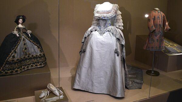 Корсаж, шлейф и туфли коронационного костюма императрицы Марии Федоровны на выставке Хранители времени. Реставрация в Музеях Московского Кремля