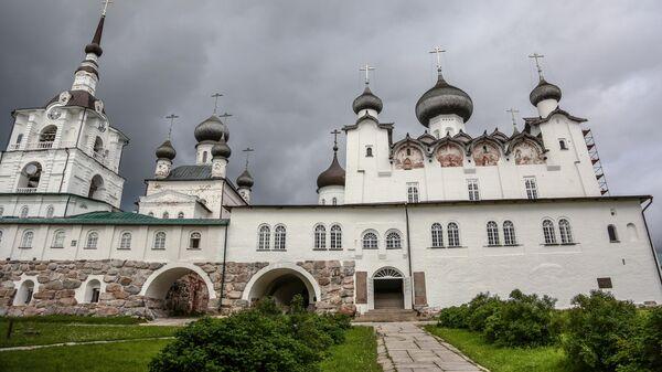 Колокольня (слева), комплекс Никольской церкви (в центре) и Спасо-Преображенский собор (справа) на подворье Соловецкого монастыря