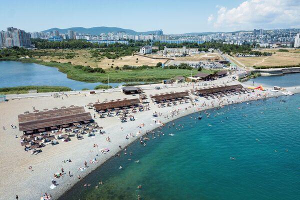 Пляж в районе Суджукской косы в Новороссийске