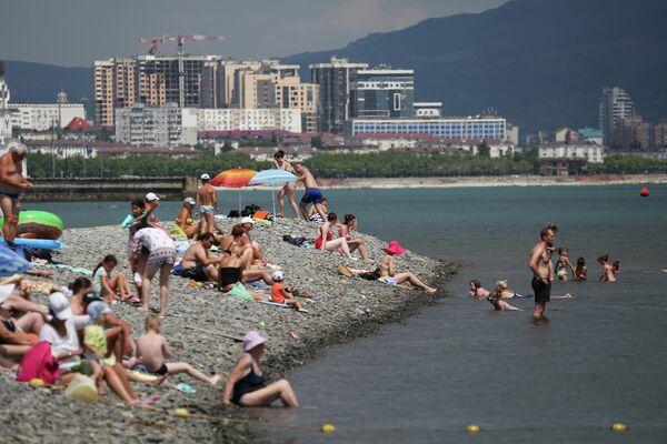 Отдыхающие на пляже в районе Суджукской косы в Новороссийске