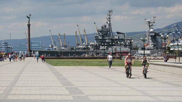 Отдыхающие на набережной имени адмирала Серебрякова в Новороссийске