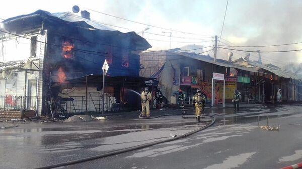 Часть кровли загоревшегося на пермском рынке строения обрушилась
