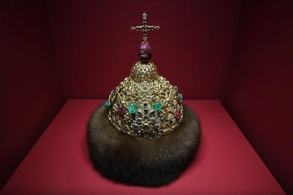 Шапка алмазная царя Петра Алексеевича на выставке Хранители времени. Реставрация в Музеях Московского Кремля
