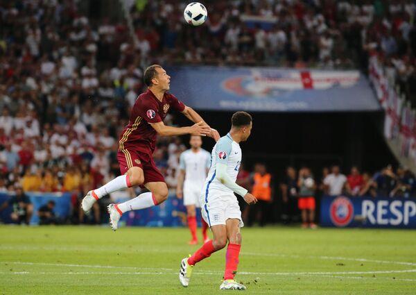 Защитник сборной России Сергей Игнашевич (слева) и полузащитник сборной Англии Деле Алли