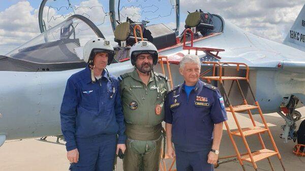Главнокомандующий военно-воздушных сил Индии Бирендер Сингх Дханоа перед учебно-боевым самолетом Як-130 на котором совершил полет