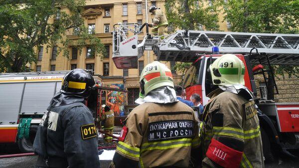 Пожарные закончили проливку снаружи здания РГАЛИ