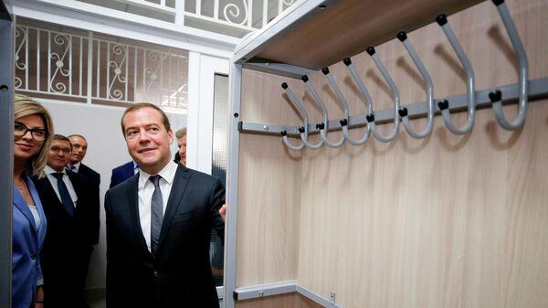 Дмитрий Медведев во время посещения готовящейся к открытию 1 сентября новой средней общеобразовательной школы микрорайона Российский в Ставрополе. 12 июля 2019