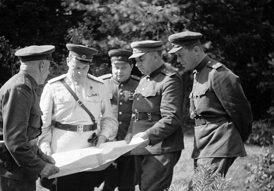 Генерал армии Иван Черняховский (второй слева) со своими боевыми соратниками обсуждает план штурма Вильнюса