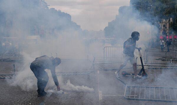 Участники беспорядков на Елисейских полях в Париже. 14 июля 2019