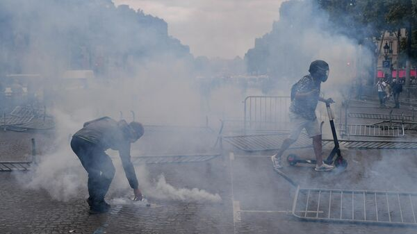 В Париже протестующие начали строить баррикады на Елисейских полях