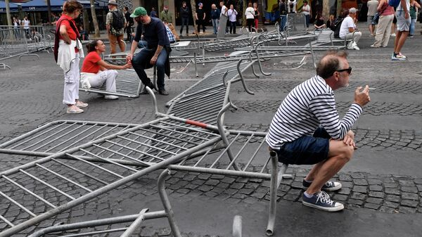 Прохожие во время  беспорядков на Елисейских полях в Париже