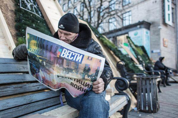 Участник акций сторонников евроинтеграции на баррикадах на площади Независимости в Киеве