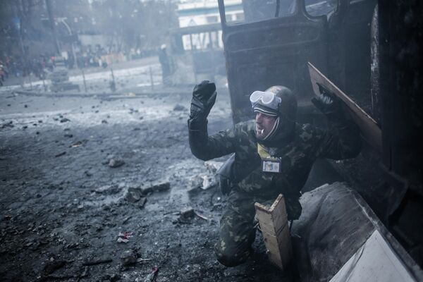Протестующий во время столкновений с сотрудниками правоохранительных органов у стадиона Динамо в Киеве
