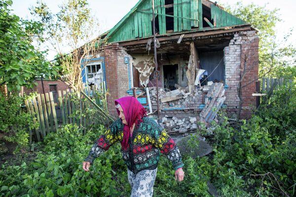 80-летняя жительница села Семеновка под Славянском у своего дома, разрушенного в результате попадания снаряда во время ночного артобстрела украинскими силовиками
