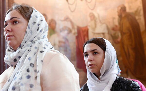 Прихожанки в храме Христа Спасителя, где находятся мощи святых Петра и Февронии, доставленные из Свято-Троицкого женского монастыря Мурома