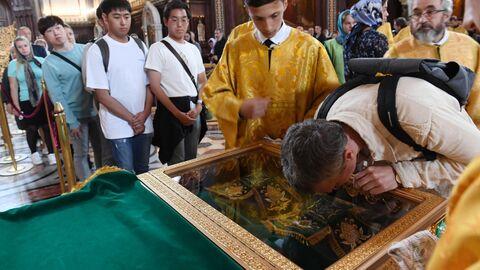 Прихожанин поклоняется мощам святых Петра и Февронии, доставленным из Свято-Троицкого женского монастыря Мурома, в храме Христа Спасителя