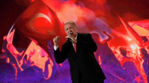 Президент Турции Тайип Эрдоган выступает на митинге в память жертв государственного переворота 2016 года. 15 июля 2019