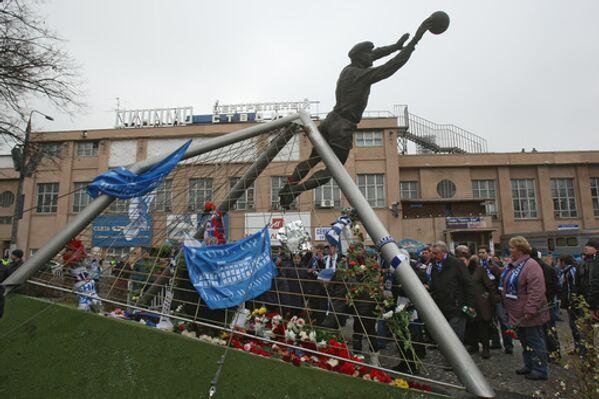 Возложение цветов к памятнику легендарному футбольному вратарю Льву Яшину