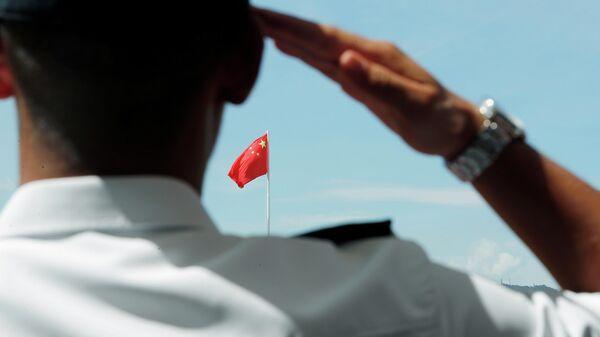 Солдат Народно-освободительной армии Китая отдает на острове Стоункаттерз