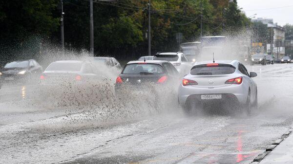 Автомобильное движение на Нахимовском проспекте во время дождя