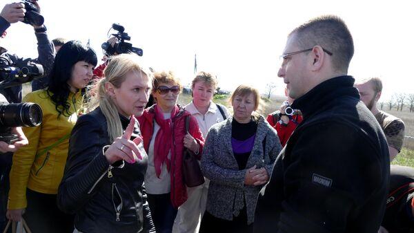 Родственники пленных сторонников ДНР отправляются на территорию, контролируемую Киевским правительством, для начала процесса верификации. Слева - уполномоченный по правам человека в ДНР Дарья Морозова