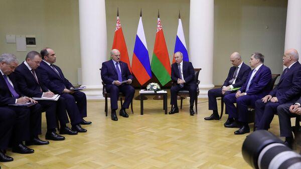 Президент РФ Владимир Путин и президент Белоруссии Александр Лукашенко во время беседы в Таврическом дворце