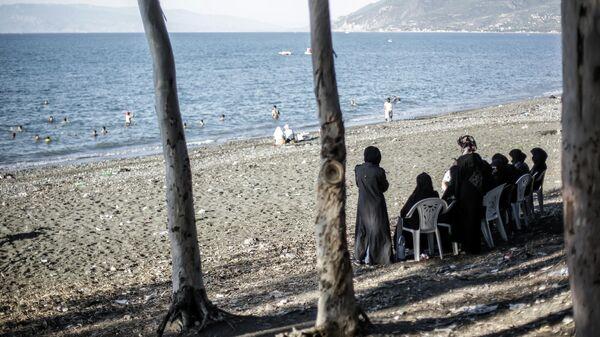 Местные жители на пляже в Латакии