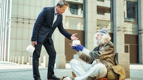 Мужчина дает милостыню