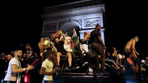 Фанаты сборной Алжира в центре Парижа