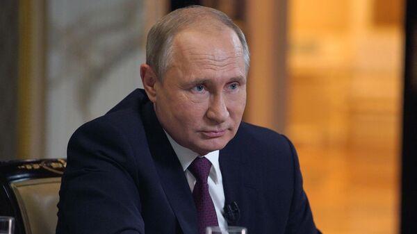 Президент РФ Владимир Путин во время интервью кинорежиссеру, сценаристу и продюсеру Оливеру Стоуну