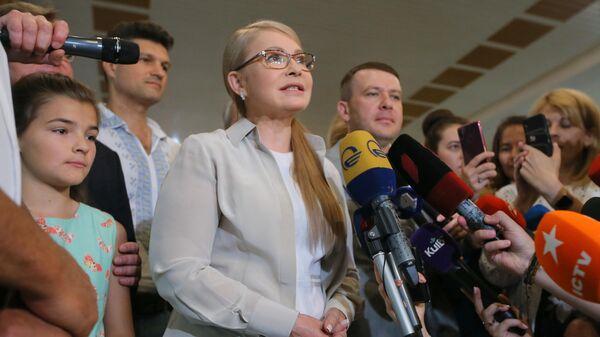 Лидер политической партии Батькивщина Юлия Тимошенко общается с журналистами на избирательном участке в Киеве. 21 июля 2019