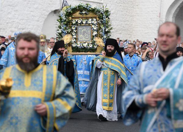 Священнослужители во время крестного хода с иконой Казанской Божией Матери