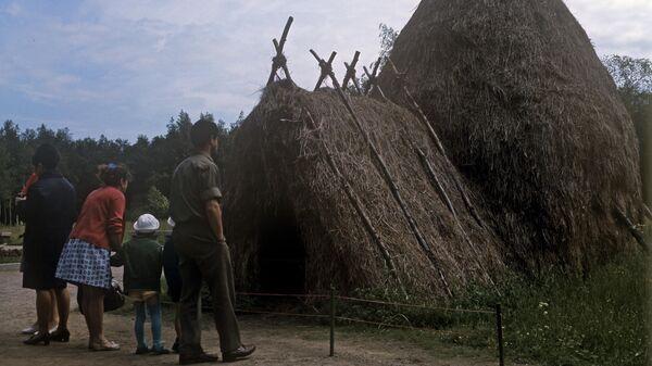 Воссозданный шалаш со стогом сена в мемориальном музее Шалаш В.И.Ленина в поселке Разлив.
