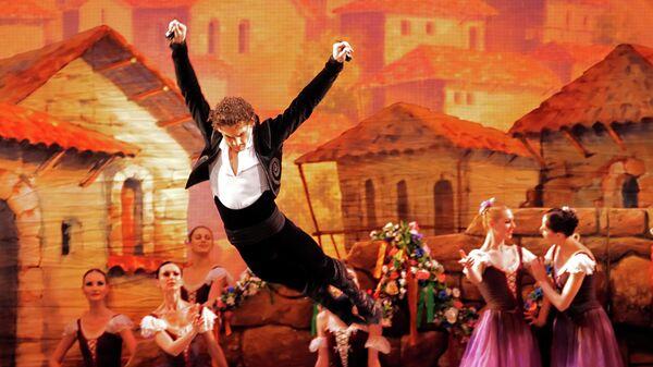 Иван Васильев в роли Фрондосо в сцене из балета композитора Александр Крейна Лауренсия в Михайловском театре в Санкт-Петербурге