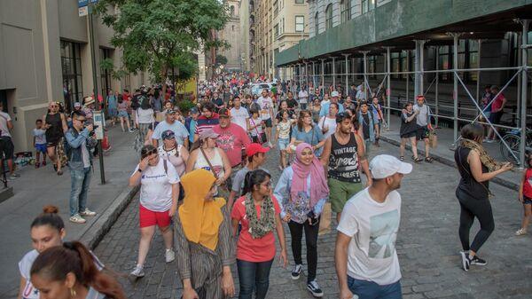 Люди гуляют по улице Нью-Йорка в День независимости
