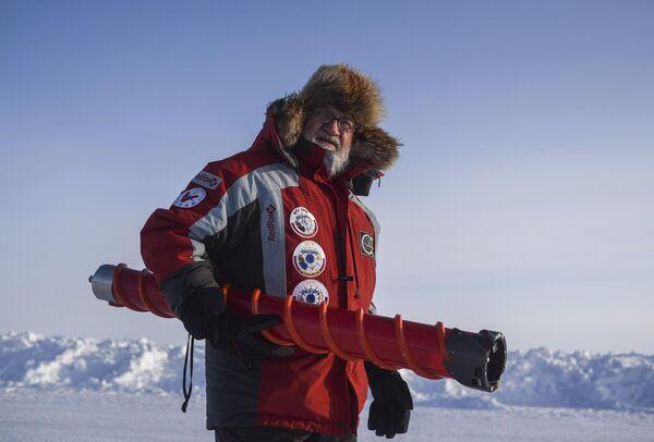 Океанолог, почетный полярник, доктор биологических наук Игорь Мельников в дрейфующем ледовом лагере Барнео в районе Северного полюса в Арктике