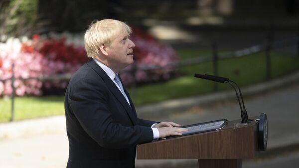 Премьер-министр Борис Джонсон выступает перед журналистами у резиденции на Даунинг-стрит, 10