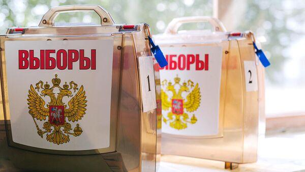 Чемоданы с бюллетенями на избирательном участке