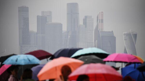Люди под зонтами во время дождя в Москве