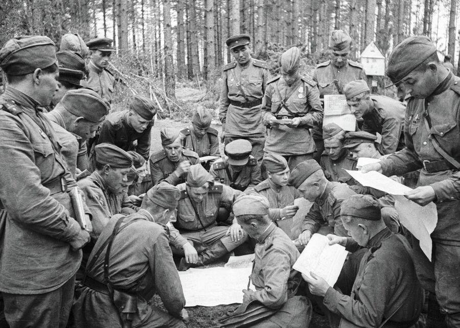 Офицеры 1-го Белорусского фронта обсуждают поставленную командиром батальона боевую задачу