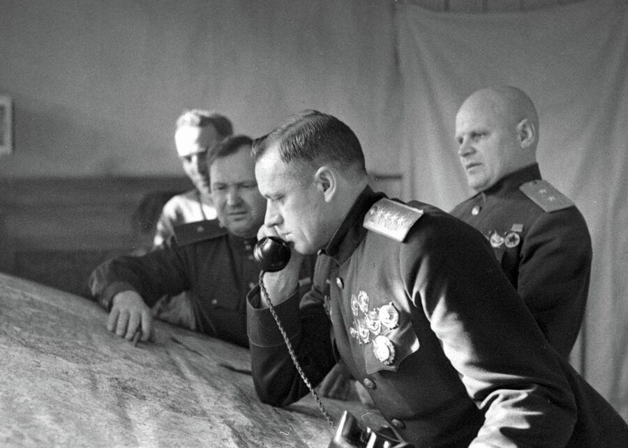 Командующий Белорусским фронтом генерал армии Константин Рокоссовский (на переднем плане) в штабе армии