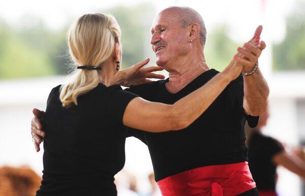 Участники танцевального марафона Московское долголетие в парке Сокольники в Москве